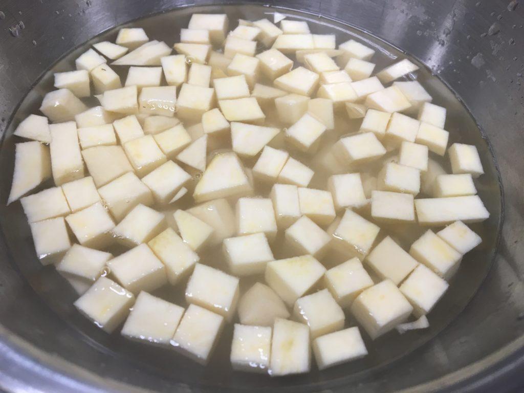 サツマイモの皮をむきさいの目切りにして塩水につける