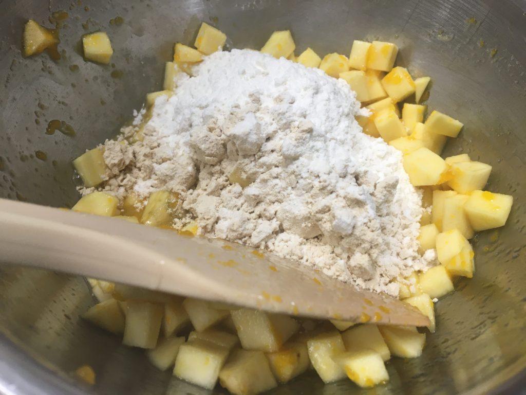 水を20gと小麦粉40g+ソイプロテイン10gを入れる