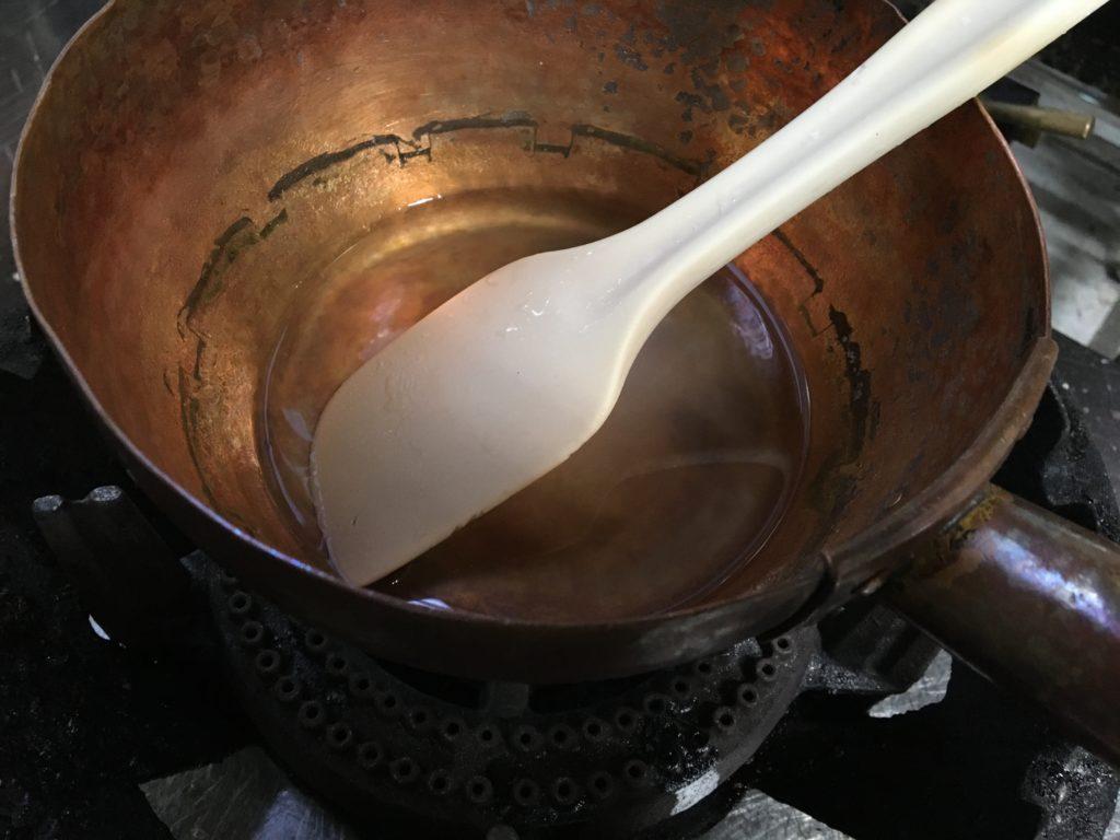 水で溶いた粉寒天が入っている鍋を中火にかける