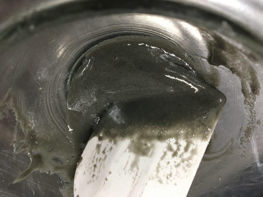 プロテインを水で溶いて砂糖を入れる