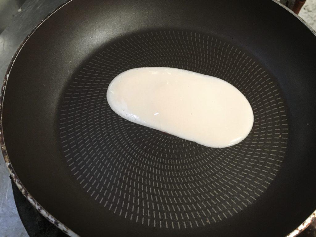 熱したフライパンに油をひき弱火から中火で焼く
