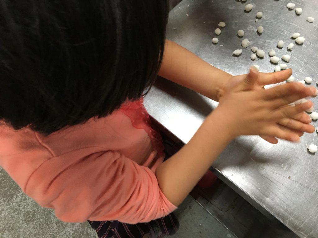 手で丸めてタピオカを作ります。