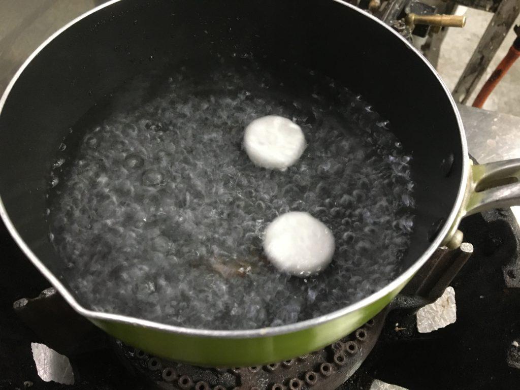 鍋にお湯を沸かし沸騰したら団子を入れる