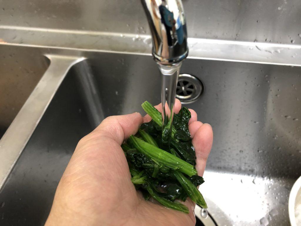 冷凍野菜はザルや手の上で数秒、流水解凍して水気をしぼるだけで、簡単に食材追加ができます。