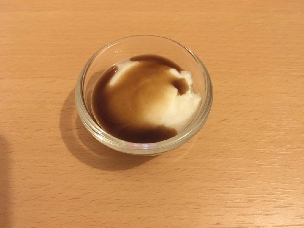 シュガーフリーシロップ:チョコレート味をヨーグルトに掛けた様子