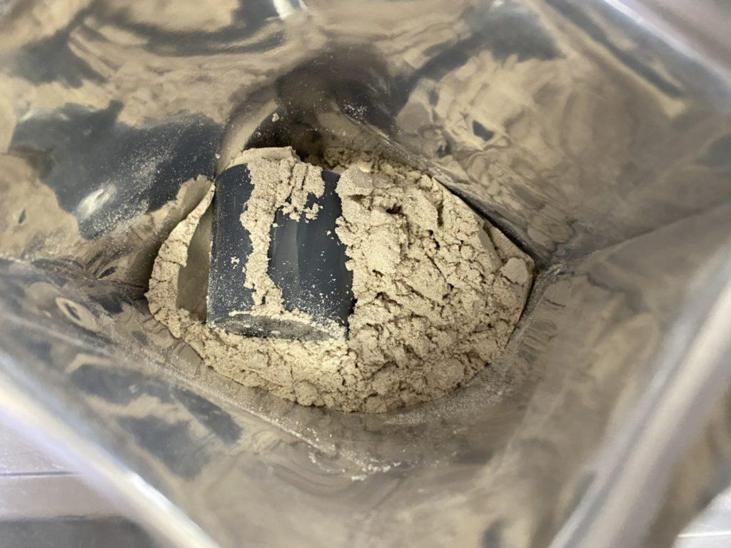 【WPC】Impactホエイプロテイン「チェストナッツチョコレート味」を開封した様子