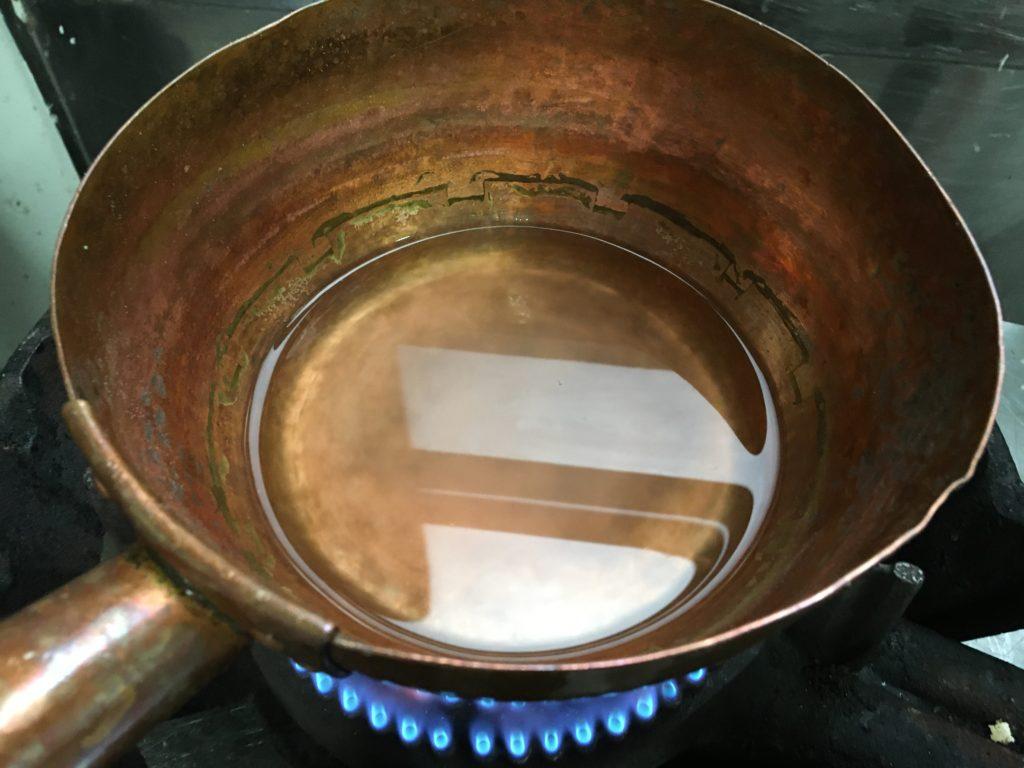 鍋に水と寒天を入れて火にかける