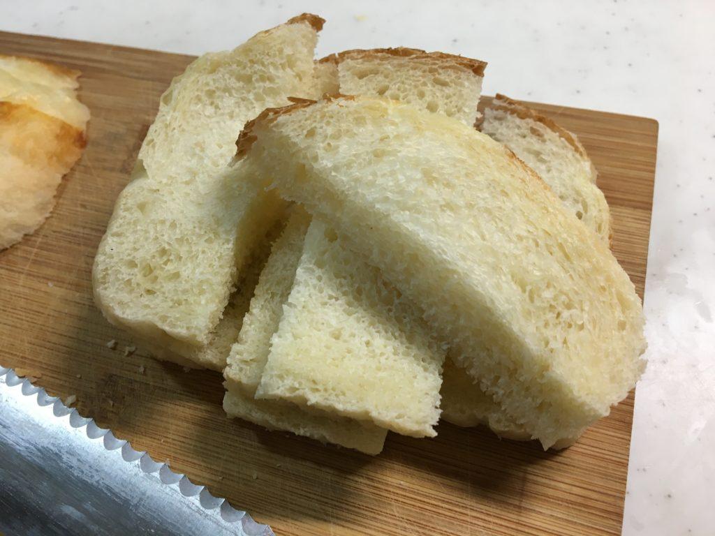 パンを1cm弱の幅に切りお好みの大きさに切る