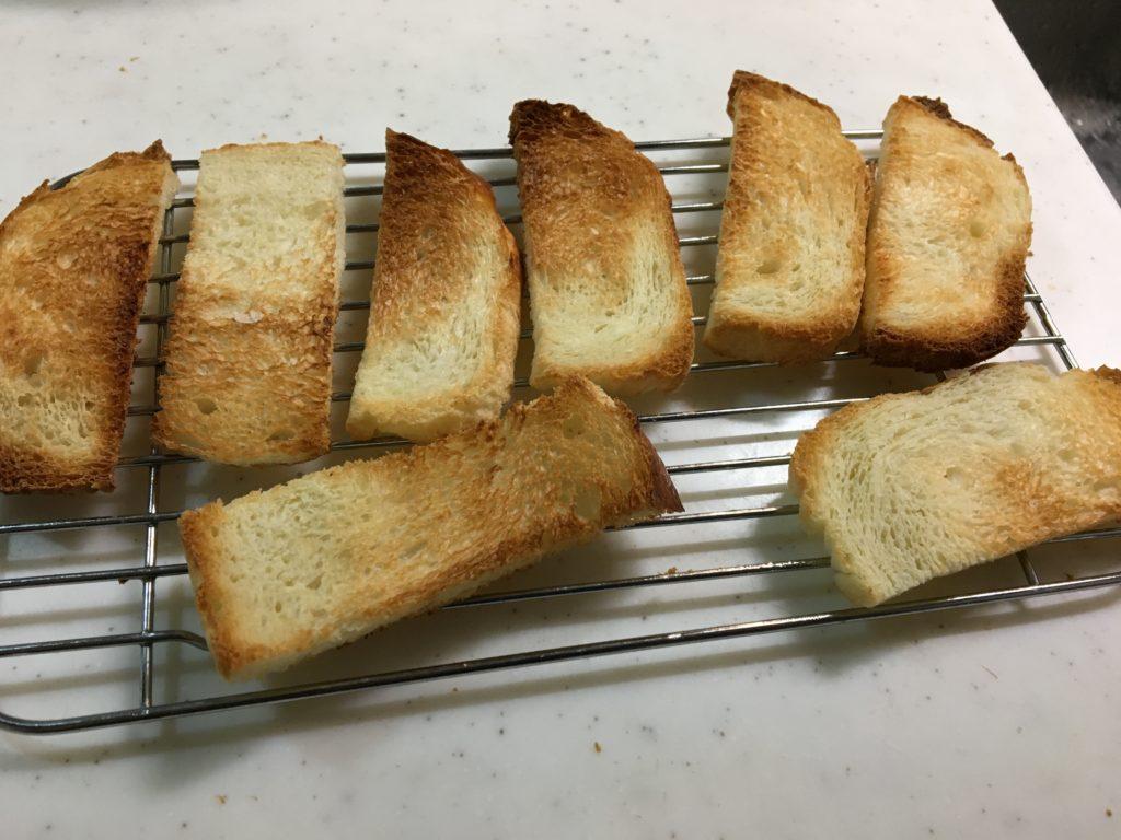 パンをトースターで焼く
