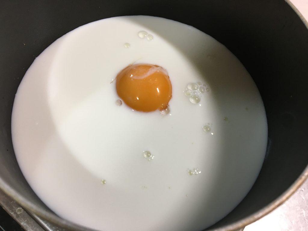 鍋に牛乳と卵黄を入れて混ぜる
