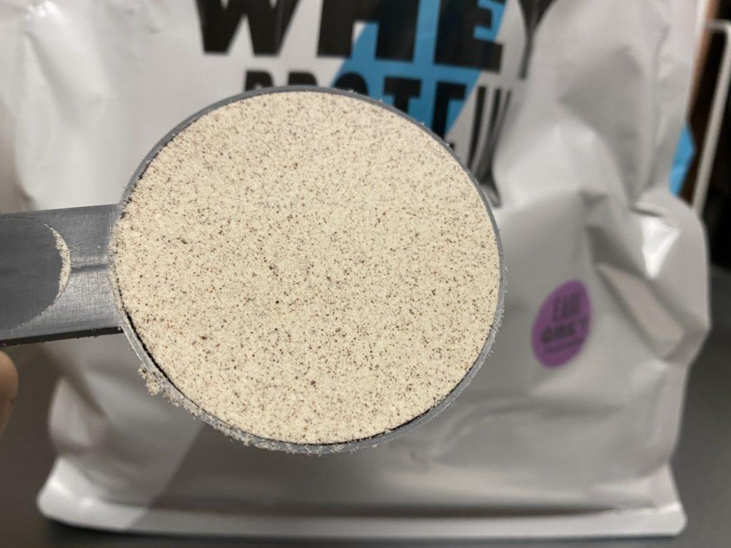 Impactホエイプロテイン:アールグレイ味の粉末の様子