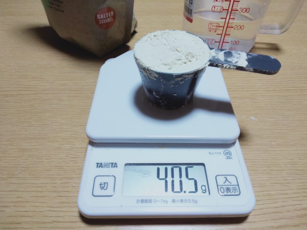 ソルディットキャラメル味とバニラ味だけ、スプーンに多く入りました。擦り切り1杯で40g~40.5gです。