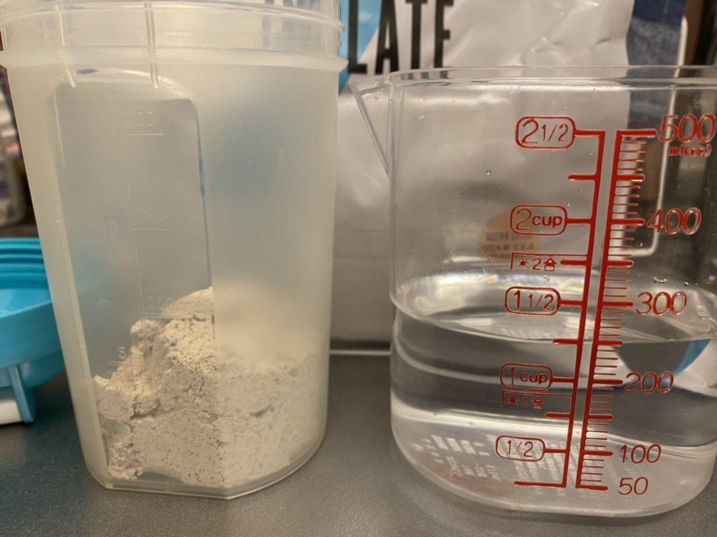 Impactホエイアイソレート:黒糖ミルクティー味を水に溶かします。