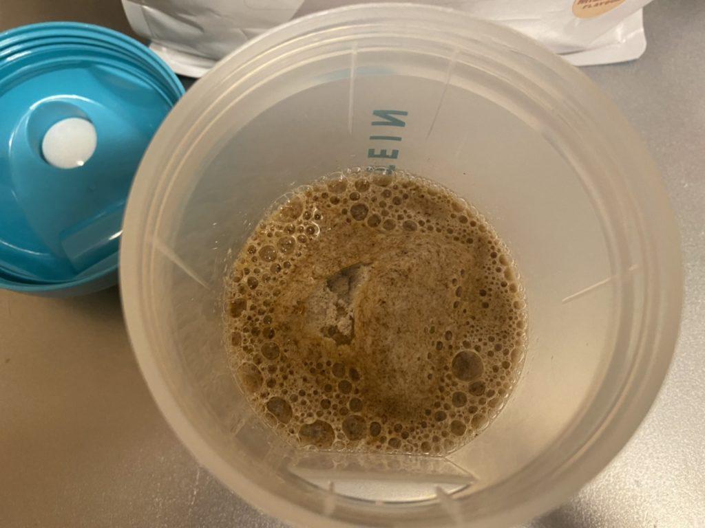 Impactホエイアイソレート:黒糖ミルクティー味を水に溶かします