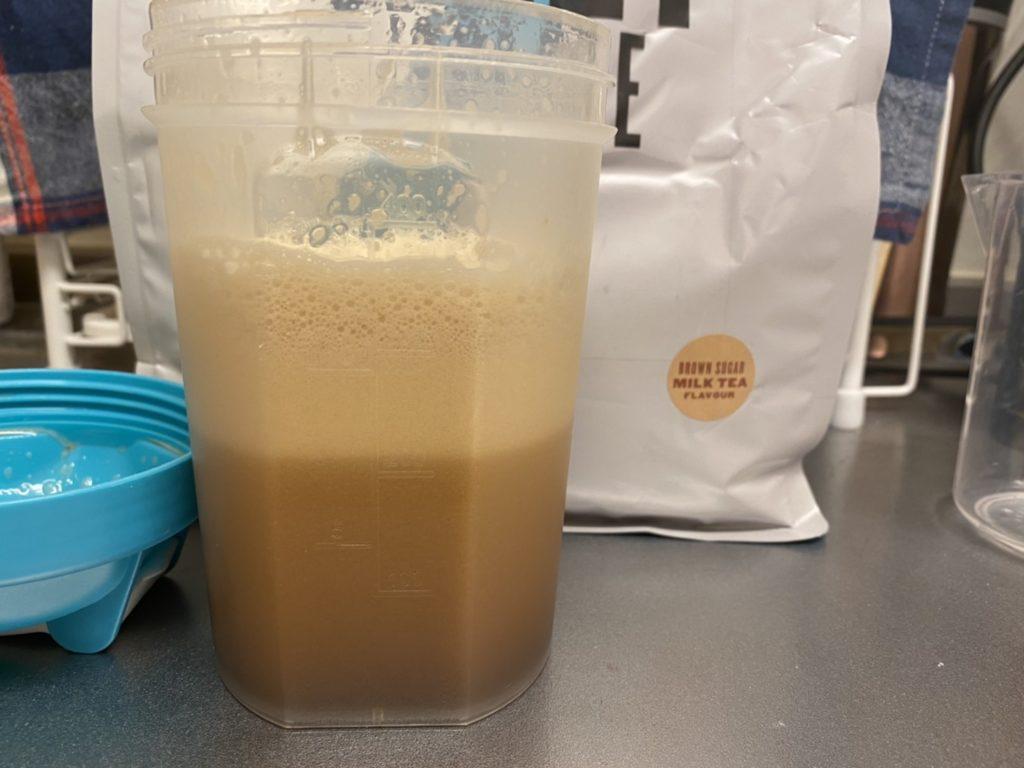 Impactホエイアイソレート:黒糖ミルクティー味を横から撮影した様子
