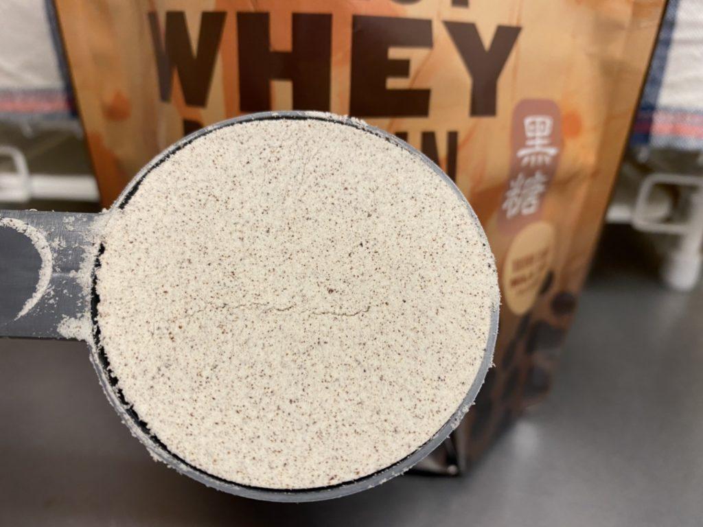 黒糖ミルクティー味の粉末の様子