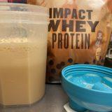 Impactホエイプロテイン:黒糖ミルクティー味を水に溶かした様子