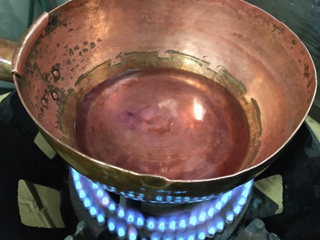 鍋に水と着色料を入れて火にかける