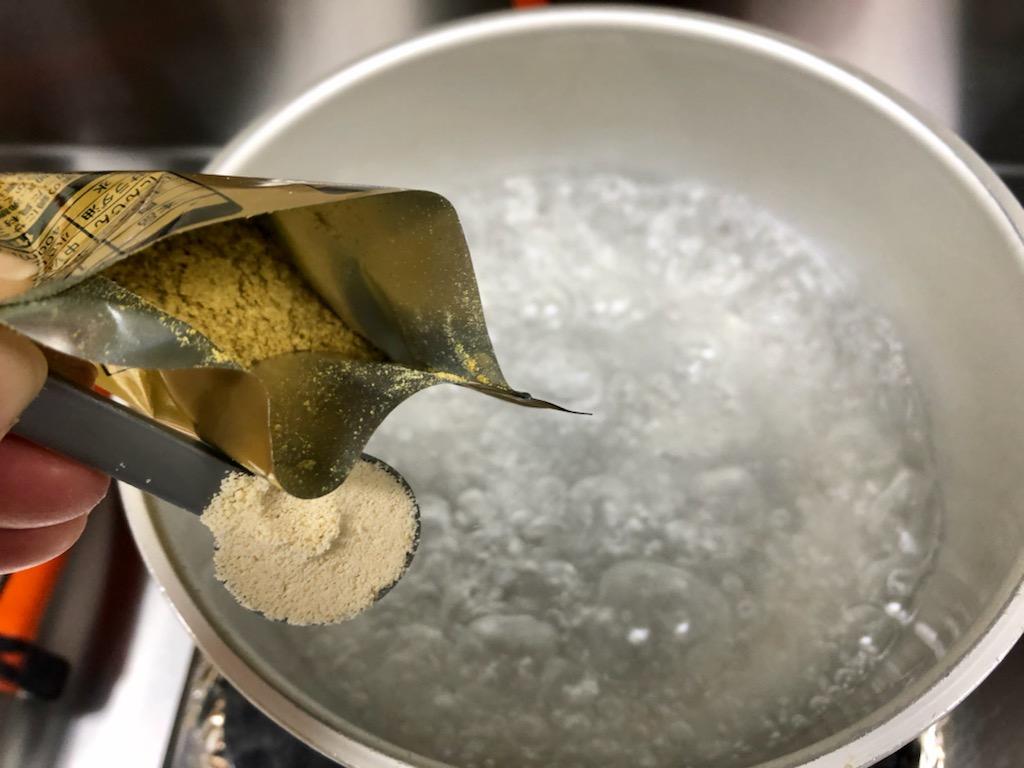 鍋に湯を沸かし、カレールゥとスープの素を入れる