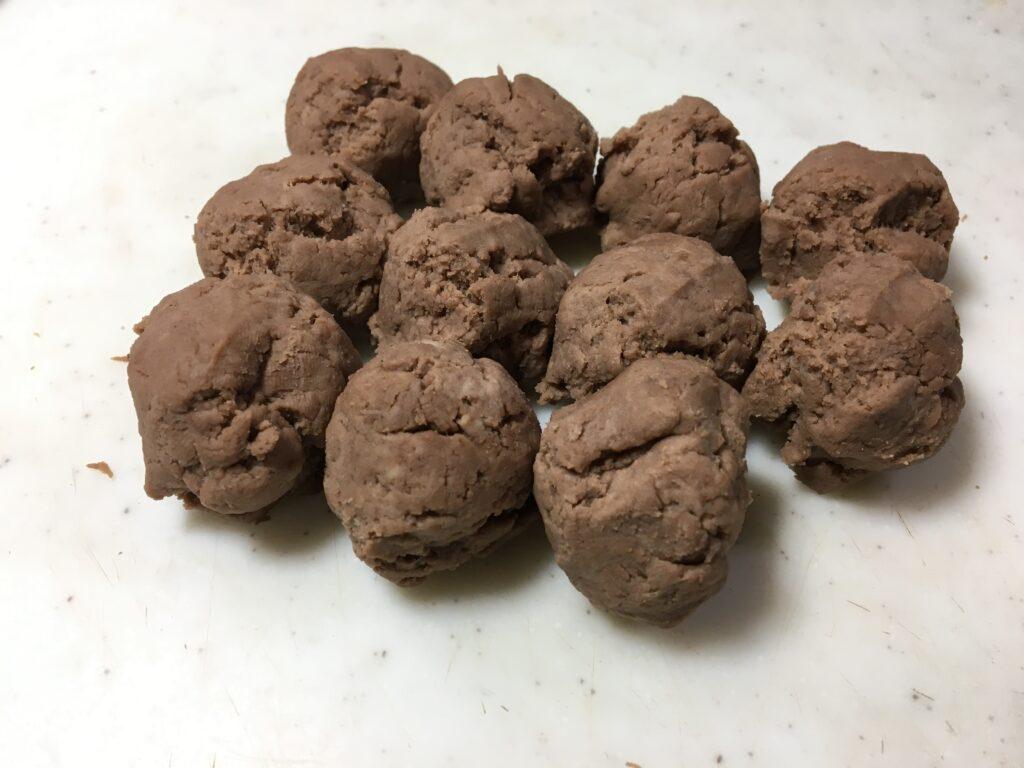 生地を15gの丸にしてキッチンペーパーまたはラップで挟み上からボールで潰して薄くします。