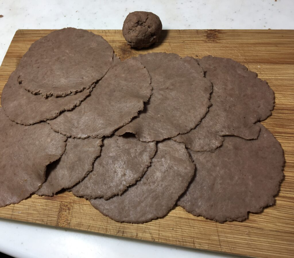 4等分に切って油を引かずにフライパンで両面焦げ目がつく位焼きます。